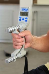 Die Messung der Greifkraft ist nur eine der zahlreichen Untersuchungen bei der NAKO.
